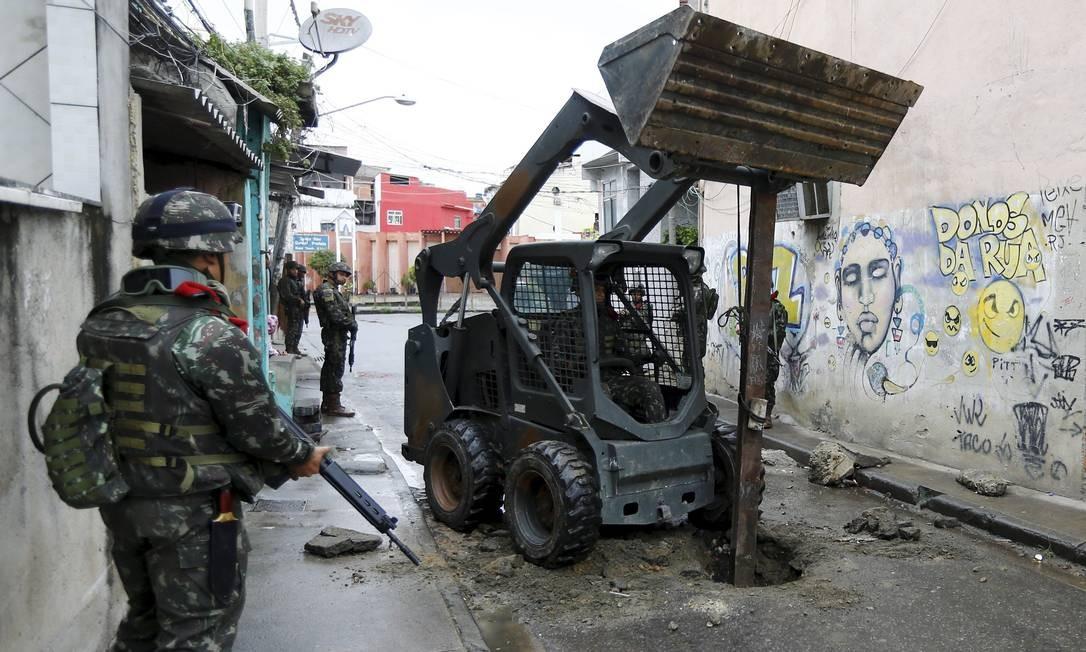 Veículo do Exército retira barricada em Manguinhos Foto: Pablo Jacob / Agência O Globo