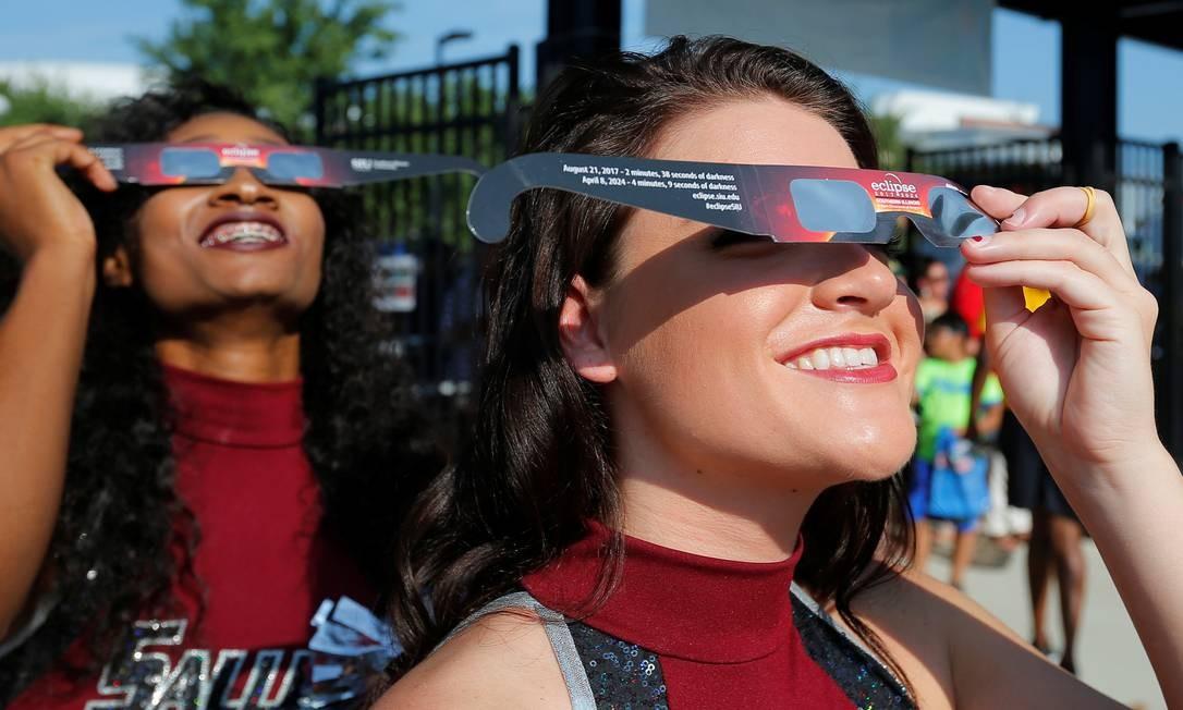 Líderes de torcida testam os óculos antes de uma partida de futebol começar no estádio da Universidade de Southern Illinois Foto: BRIAN SNYDER / REUTERS