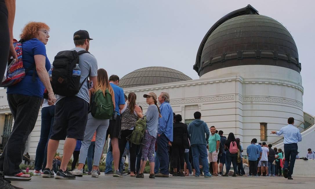 Possas fazem fila para comprar óculos para assistirem ao eclipse no Observatório Griffith em Los Angeles Foto: Richard Vogel / AP