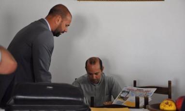 O padre Iran Rodrigo Souza de Oliveira (que está sentado na foto) foi preso no último dia 16 Foto: Divulgação
