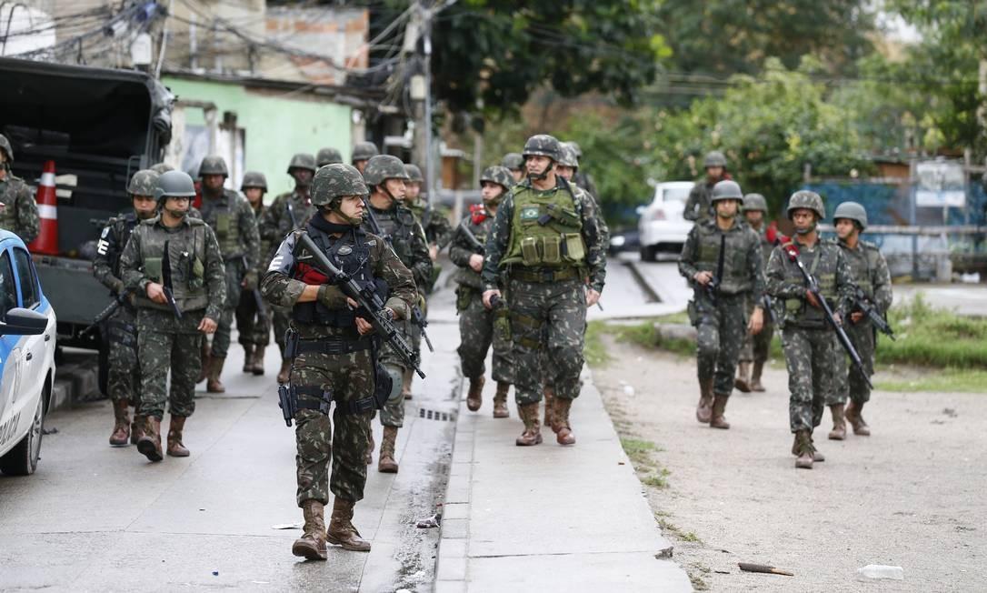 Equipe do Exército durante megaoperação em Manguinhos Foto: Pablo Jacob / Agência O Globo