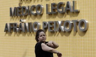 Roberta Coelho Pereira que teria sido agredida com uma arma Taser por um motorista de Uber, fez exame no IML Foto: Gustavo Miranda / Agência O Globo