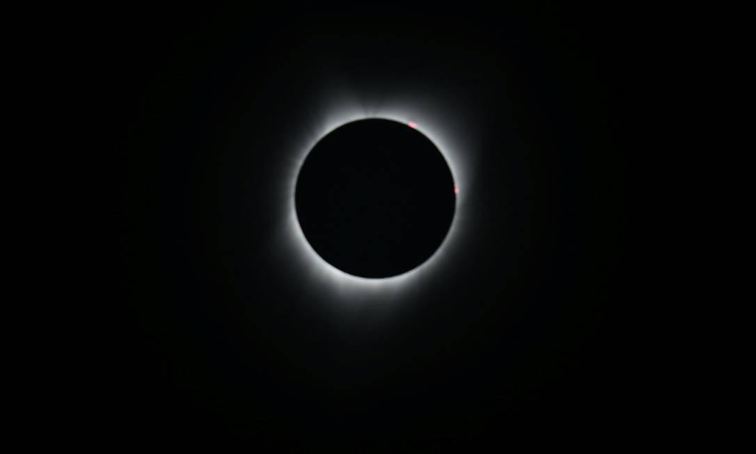 A Lua em frente ao Sol deixa visível apenas a coroa solar, em Depoe Bay, no Oregon Foto: MIKE BLAKE / REUTERS