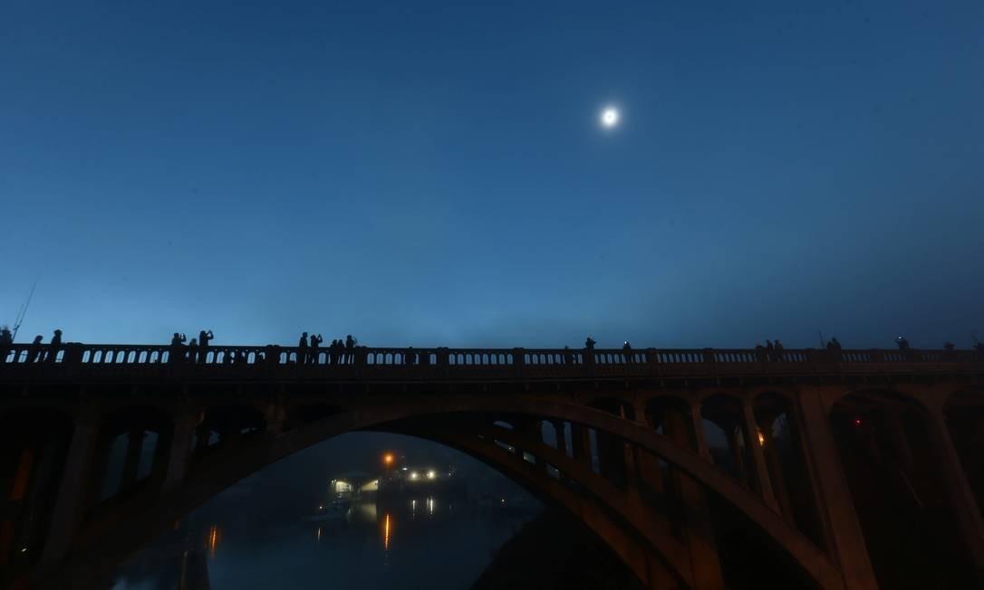 Com a luz do Sol coberta, o dia virou noite em Depoe Bay, no Oregon Foto: MIKE BLAKE / REUTERS