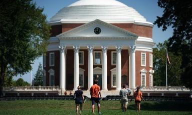 Estudantes retornam à Universidade de Virgínia para o início das aulas nos EUA Foto: WIN MCNAMEE / AFP
