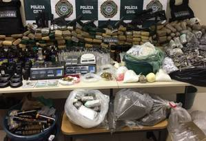 Armas e drogas que foram apreendidas pela polícia no Jacarezinho Foto: Divulgação