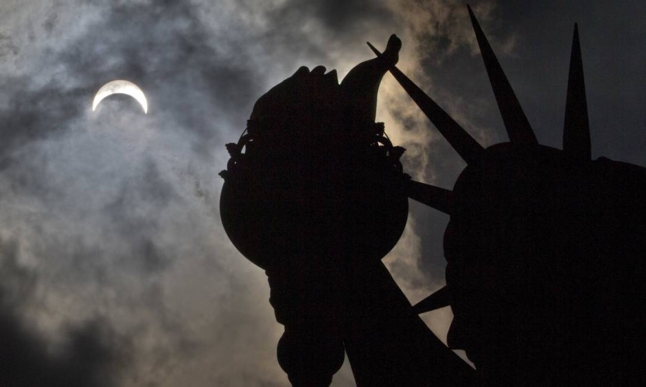 Eclipse parcial é visto em cima da Estátua da Liberdade Foto: Seth Wenig / AP