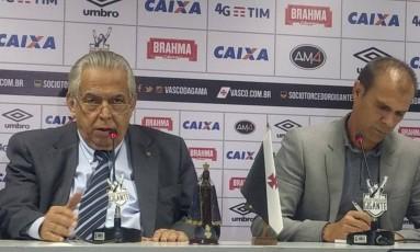 Eurico Miranda e Milton Mendes na coletiva que anunciou a saída do treinador Foto: Bruno Marinho