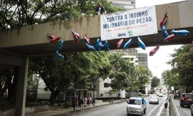 Protesto da rede de mobilizacão ocupou uma passarela sobre a Rua Pinheiro Machado Foto: Fernando Lemos / O Globo