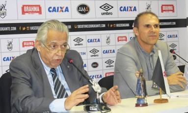 Eurico Miranda e o técnico Milton Mendes na coletiva desta segunda-feira Foto: Carlos Gregório Jr/Vasco.com.br