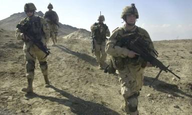 Em foto de 2003, soldados dos EUA patrulham área perto da base de Bagram (Afeganistão) Foto: AARON FAVILA / AP