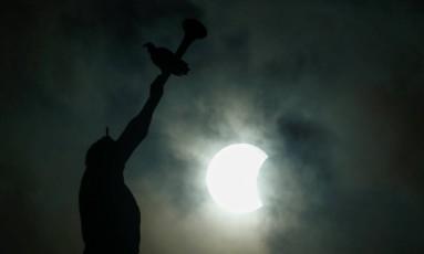 Eclipse teve visibilidade parcial em Manaus Foto: BRUNO KELLY / REUTERS