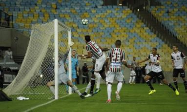 Henrique Dourado, camisa 9, cabeceia a bola para abrir o placar Foto: Alexandre Cassiano