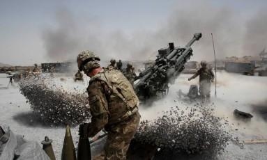 Soldados americanos disparam armas de artilharia na província de Kandahar, Sul do Afeganistão Foto: BAZ RATNER / REUTERS
