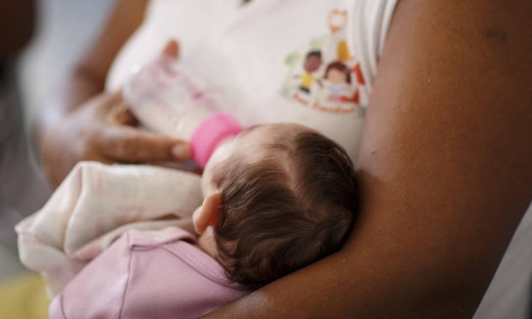 Bebê com microcefalia abandonado é alimentado em instituição no Rio: vírus ataca sistema imunológico da mãe Foto: / Fernando Lemos