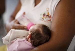Bebê com microcefalia abandonado é alimentado em instituição no Rio: vírus ataca sistema imunológico da mãe Foto: Fernando Lemos