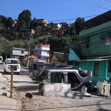 Área violenta. Barricada em um dos acessos ao Complexo do Chapadão Foto: Fabiano Rocha / Agência O Globo