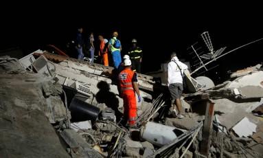 Equipe de socorre inspeciona casa de derrubada após terremoto na ilha de Ischia Foto: CIRO DE LUCA / REUTERS