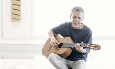 Chico Buarque volta nessa sexta-feira após seis anos de seu último álbum Foto: Leo Aversa / Divulgação