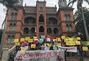 Estudantes da Fiocruz levantam cartazes e faixas no campus de Manguinhos, em protesto contra o corte de verba para bolsas de pesquisa Foto: Divulgação