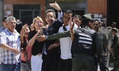 A então procuradora-geral da Venezuela, Luisa Ortega Diaz (de óculos), ao ser barrada no prédio do Ministério Público: rumo ao Brasil Foto: Wil Riera / AP/5-8-2017