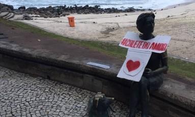 Estátuas da cidade foram decoradas com o colete do amor nesta terça-feira Foto: Divulgação
