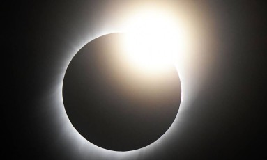 Sol é totalmente encoberto pela lua durante o eclipse em Casper Collage, no estado de Wyoming, nos Estados Unidos. Fenômeno foi observado nesta segunda-feira (21) de costa a costa dos EUA Foto: GENE BLEVINS / AFP
