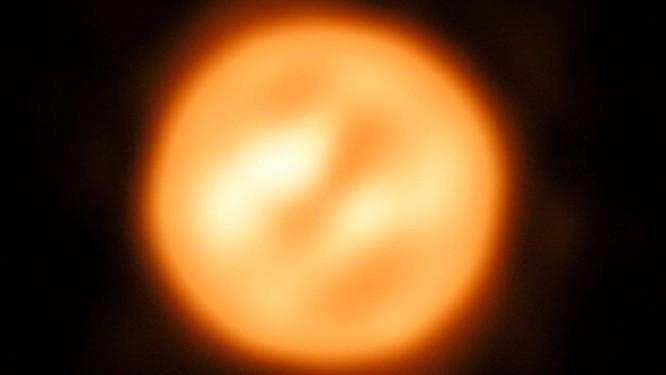 Imagem da superfície da estrela supergigante vermelha Antares, a melhor do tipo já feita até agora de outra estrela que não nosso Sol Foto: ESO/K. Ohnaka