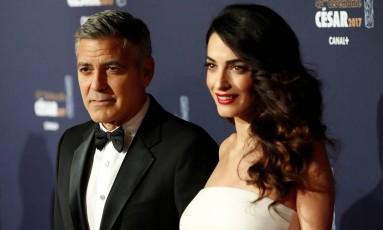 O ator George Clooney e sua mulher Amal posam para foto em uma cerimônia em Paris, na França Foto: GONZALO FUENTES / REUTERS