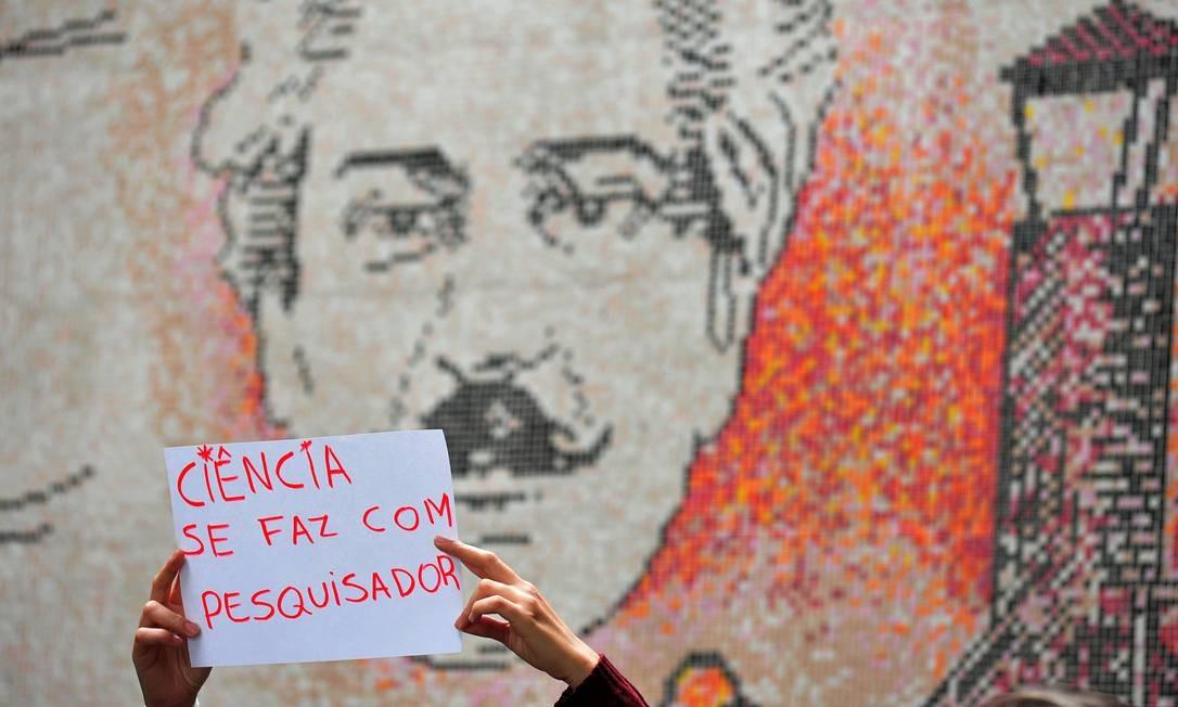 Estudante exibe cartaz manifestação na Fiocruz: sem eles, alguns projetos se tornam inviáveis Foto: Divulgação/Peter Ilicciev