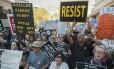 Manifestantes se reúnem em Phoenix, no Arizona, onde o presidente dos EUA, Donald Trump, falará em um comício Foto: LAURA SEGALL / AFP