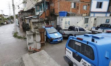 Vulnerável. A UPP de Manguinhos tem barricada improvisada com blocos de concreto e móveis, além de veículo e instalações em mau estado: projeto passará por mudanças Foto: Pablo Jacob / Agência O Globo