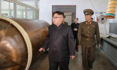 Líder norte-coreano Kim Jong-un inspeciona instituito que desenvolve mísseis para o regime Foto: KCNA / REUTERS