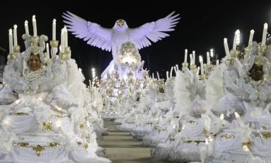 A águia da Portela no desfile deste ano do Grupo Especial em 16/02/2015 Foto: Fábio Seixo / Agência O Globo