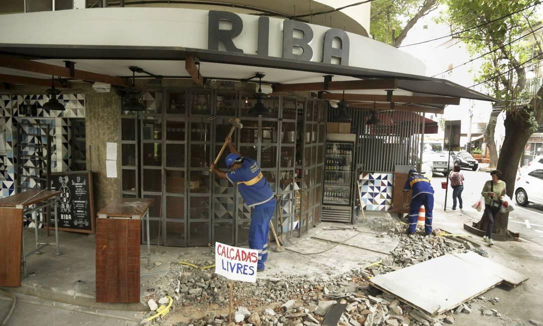 Agentes da prefeitura derrubam varanda irregular no Bar Riba, localizado na esquina da General Urquiza com Dias Ferreira, no Leblon. O estabelecimento foi interditado Foto: Gabriel Paiva / Agência O Globo