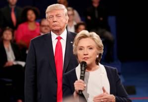O então candidato republicano, Donald Trump, ouve a sua rival democrata, Hillary Clinton, responder uma questão do público durante um debate presidencial em St. Louis, no Missouri, EUA Foto: RICK WILKING / REUTERS