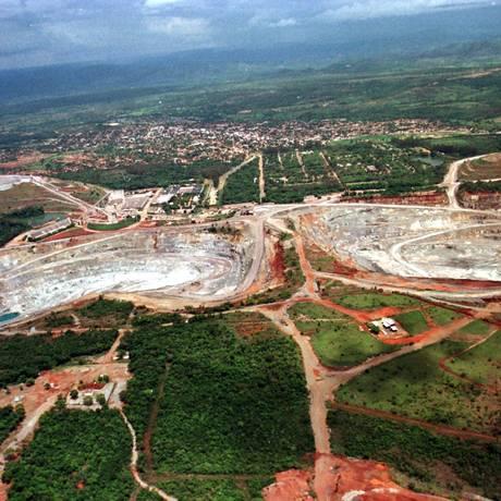 Minas de amianto (da usina SAMA), Dois buracos a ceu aberto. Foto: Ailton de Freitas / Agência O Globo