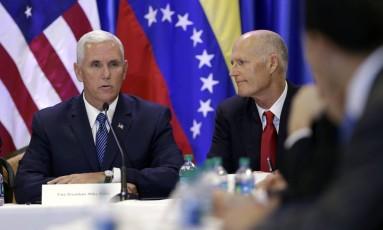 Acompanhado pelo governador da Flórida, Rick Scott, o vice-presidente Mike Pence fala com exilados venezuelanos em igreja Foto: Lynne Sladky / AP