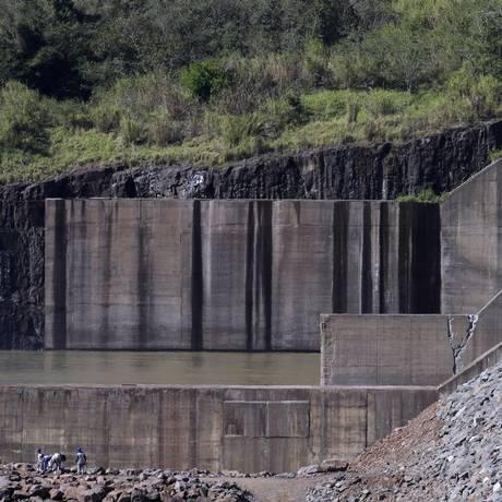 A barragem da hidrelétrica Foz do Chapecó: à esquerda, no pé da imagem, trabalhadores fazem reparos no local Foto: Gustavo Miranda / Agência O Globo / 17-8-17