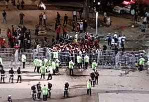 Torcedores do Flamengo protestam após fechamento de portões próximos ao Bellini Foto: Carolina Oliveira Castro