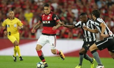 Guerrero tenta levar o Flamengo ao ataque Foto: Márcio Alves