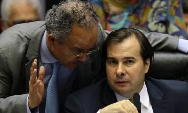 Rodrigo Maia, presidente da Câmara, conversa com o deputado Vicente Cândido Foto: Jorge William / Agência O Globo