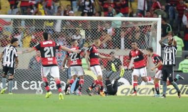 Diego, à direita corre para comemorar o gol da classificação rubro-negra Foto: Márcio Alves