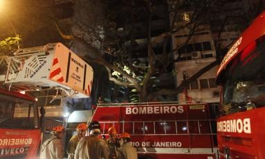 Bombeiros da Gávea, do Humaitá e de Copacabana realizaram o combate ao incêndio Foto: Pedro Teixeira / Agência O Globo