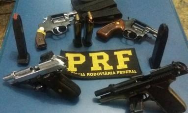 Armas estavam em mochila de suspeito capturado Foto: Divulgação/PRF