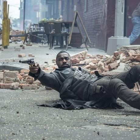 Idris Elba em cena de 'A torre negra', filme baseado na obra de Stephen King Foto: Divulgação