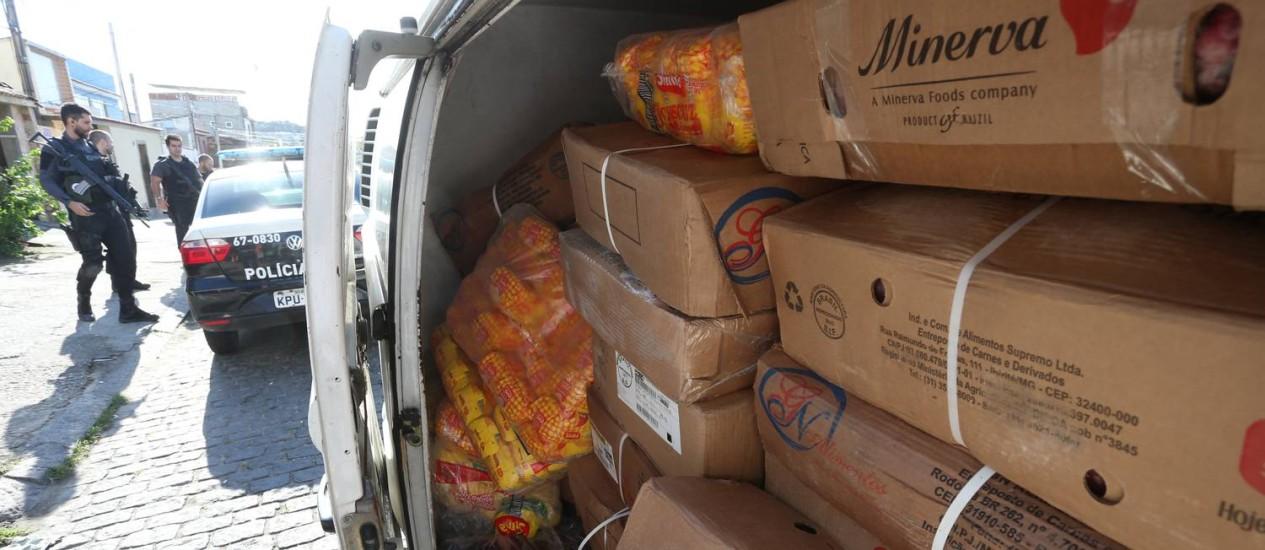 Carga roubada é apreendida em operação em Marechal Hermes Foto: Fabiano Rocha / Agência O Globo