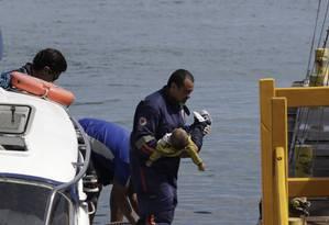 Bebê, vítima do naufrágio, é resgatado Foto: Xando Pereira/ Ag A Tarde / Agência O Globo