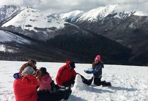 Em família. Turistas fazem boneco de neve em Cerro Bayo Foto: Eduardo Maia / Eduardo Maia
