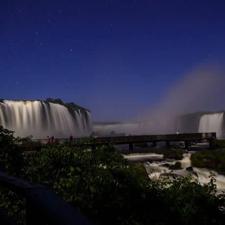 Experiência . Cataratas durante à noite: céu estrelado traz novo conceito ao tradicional ponto turístico Foto: Marcos Labanca/ Divulgação